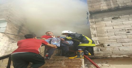 Urfa'da, Mesken yangınında mahsur kalan kadını itfaiye kurtarıldı