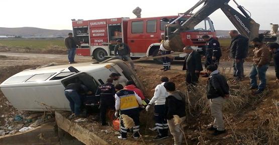 Urfa'da minibüs tahliye kanalına düştü