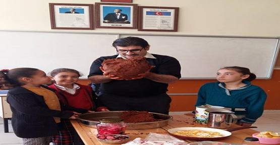 Urfa'da Öğrencilerine kendi elleriyle çiğ köfte yoğurdu