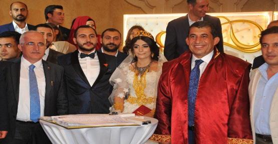 Urfa'da yapılan düğünde siyaset ve bürokratlar buluştu