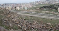 Karaköprü'de toprak kayaları artık taşıyamıyor