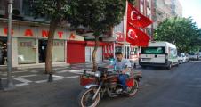 Urfalı motosiklet sürücüsünün demokrasi nöbeti