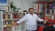 Kitap Kurdu Berber İş Yerinde Kütüphane Kurdu