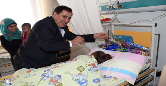 Vali Küçük Tedavi Gören Çocukları Unutmadı