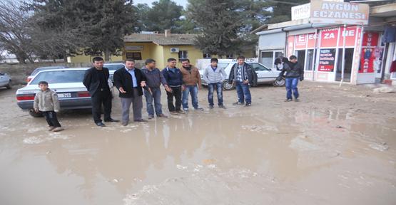Yardımcı köy Halkı Çamura Protesto Etti
