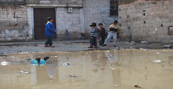 Yeşildirek'te çocuklar pis sularda oynuyor