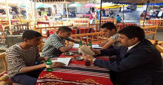 YGM'li Gençler Tarihi Gümrük Hanı'nda Kitap Okudular